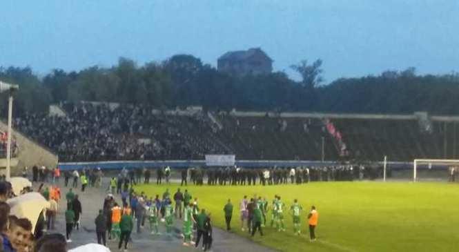 Сутички з поліцією, вибухи на стадіоні та викрадений м'яч: Галицьке дербі зупинили