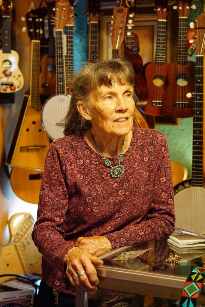 eine 74-jährige frau steht vor ohren selbstgemachten instrumenten in new mexico usa