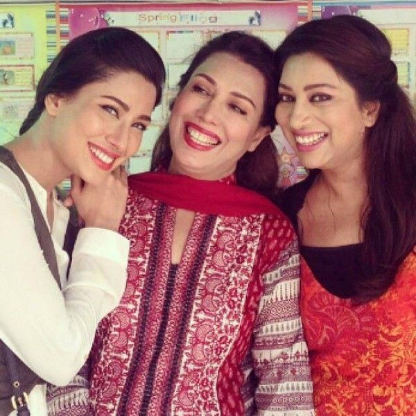 mehwish hayat with mother and sister