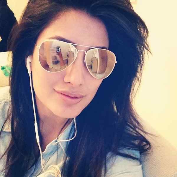Which Pakistani Celebrities Are Selfie Junkies005