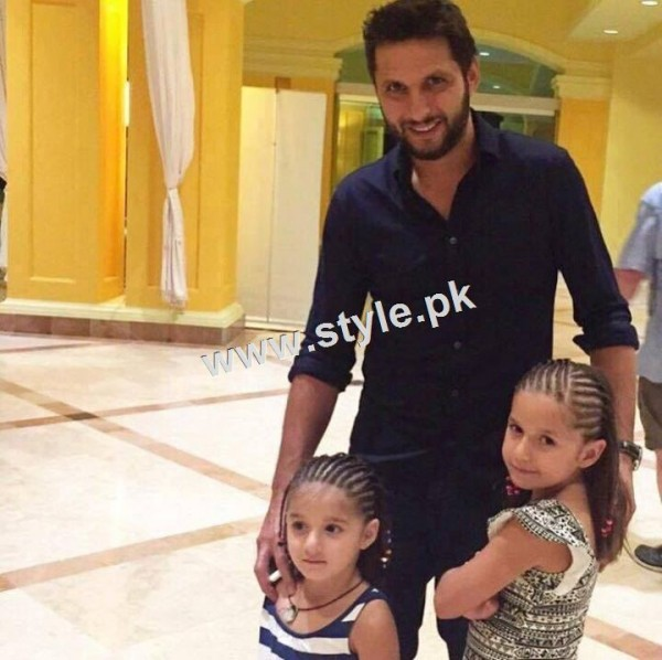 Pictures of Celebrity fathers with their daughters 10