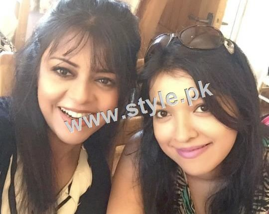 See Pictures of Pakistani Celebrities with their sisters