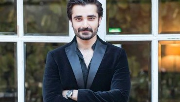 See Hamza Ali Abbasi sang a song on Mazak Raat