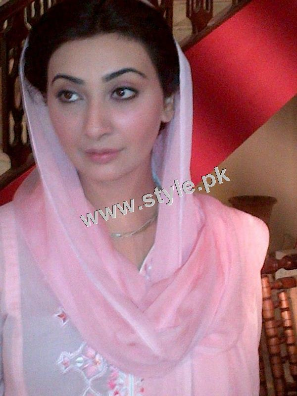 See Pakistani celebrities who look good by carrying Dupatta on head