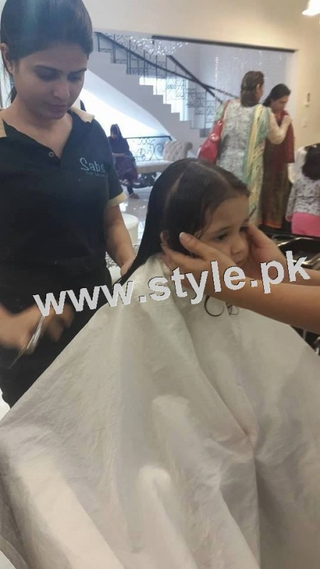 Pictures of Fahad Mustafa's daughter while having a haircut 9
