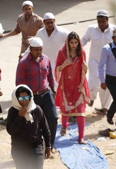 Pictures of Mahira Khan and SRK on the set of Raees (4)