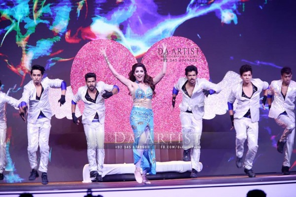 Pictures of Pakistani Celebrities during performance at ARY Film Awards 2016 (17)