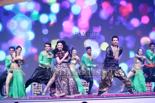 Pictures of Pakistani Celebrities during performance at ARY Film Awards 2016 (6)