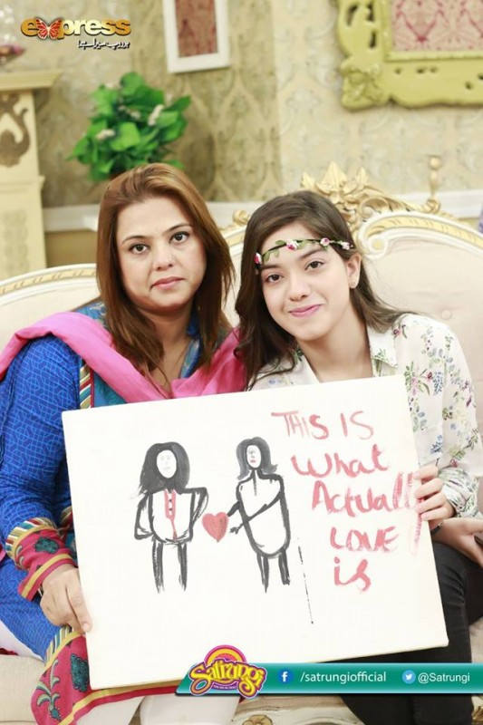 Recent Pictures of Arisha Razi with her Mother (6)