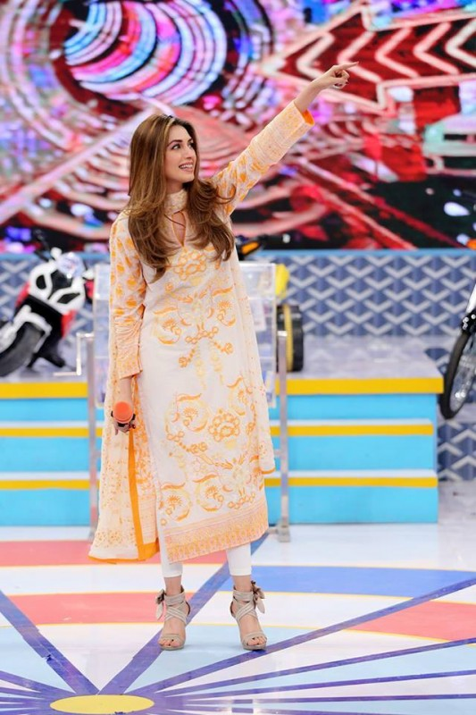 Sanam Saeed and Iman Ali in Jeeto Pakistan (4)