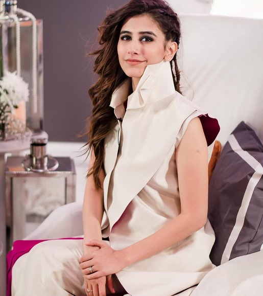 See Syra Shehroze is all set to work in Movie Chalay thay Sath
