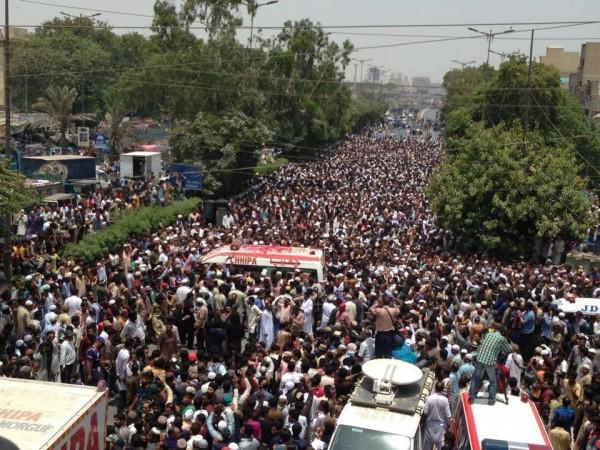 Huge crowd at funeral of Late Amjad Sabri (3)