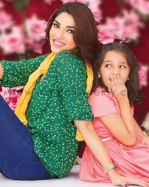 Pictures of Zhalay Sarhadi with her daughter (6)