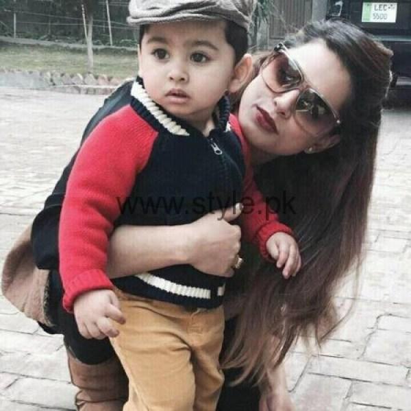 Mehreen Raheel With Her Son 01