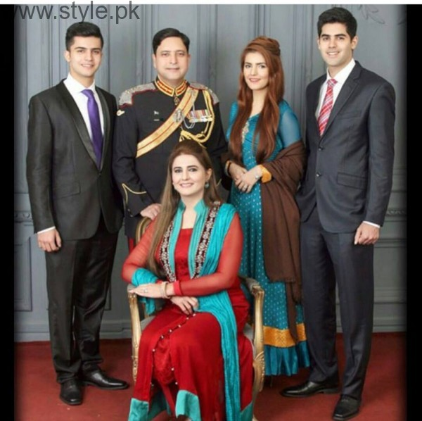 Momina Mustehsan's Family Pictures (5)