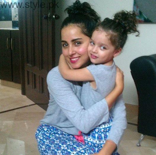 Nimra Khan with her sister (2)