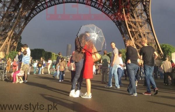 Farhan Saeed proposing Urwa Hocane in Paris (4)