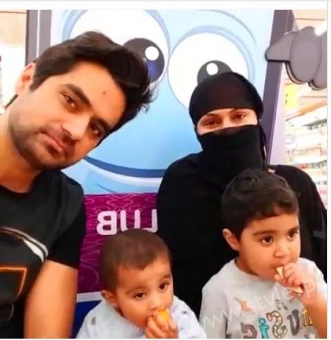 Veena Malik Dubai Mall in Abaya (2)
