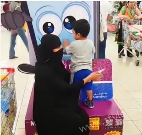Veena Malik Dubai Mall in Abaya (6)