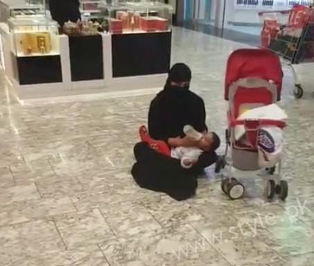 Veena Malik Dubai Mall in Abaya (7)