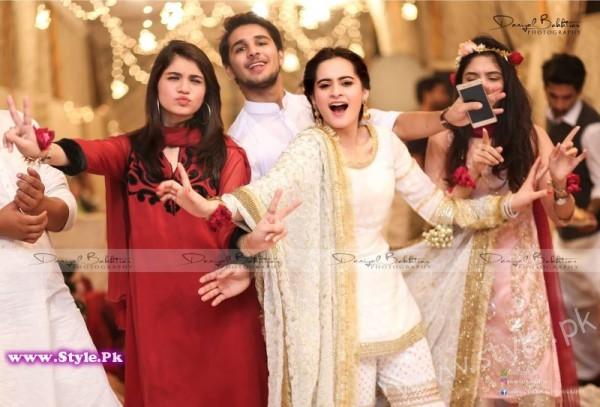 Aiman Minal Khan Dholki Dancing Pictures (7)
