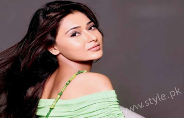 Indian Actress Sara Khan is busy in shooting of another Pakistani drama Laikin (4)