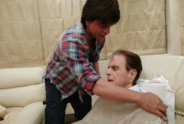 Shah Rukh Khan pays a special visit to Dilip Kumar's house