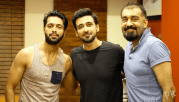 see Sami Khan Pictures With The Stars Of Upcoming Drama 'Raks e Bismil'