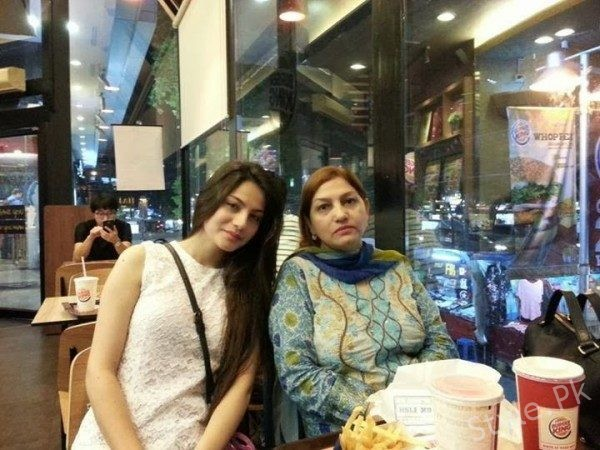 Neelam Muneer With Her Mother In Thaiand, Bangkok
