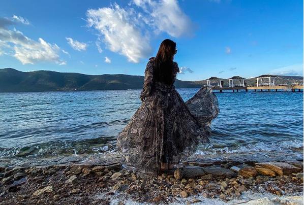 Ayeza Khan Hits the Beach on Vacation