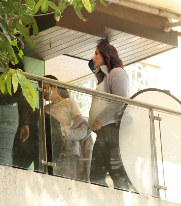 Kareena Kapoor Flaunts Her Baby Bump As She Twins With Sister