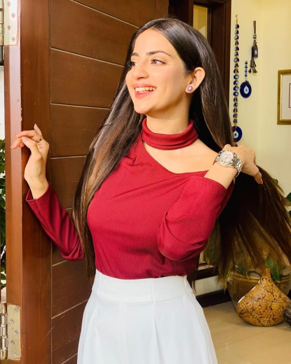 Public Mocking Blunder In Saboor Aly's Outfit In Drama Fitrat