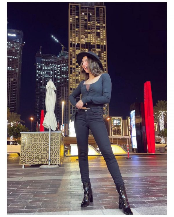 Hania Amir shares latest clicks from her vacation in UAE