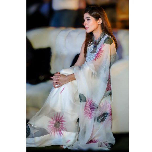 Adorable Pictures of Ayesha Omar Wearing White Color Dresses