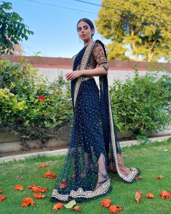 Recently, photos of Yashma wearing a tulip sari have taken the world by storm because he looks beautiful.