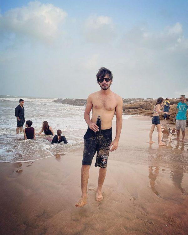 Minal Khan Spend Their Weekend At Beach With Her Fiancé