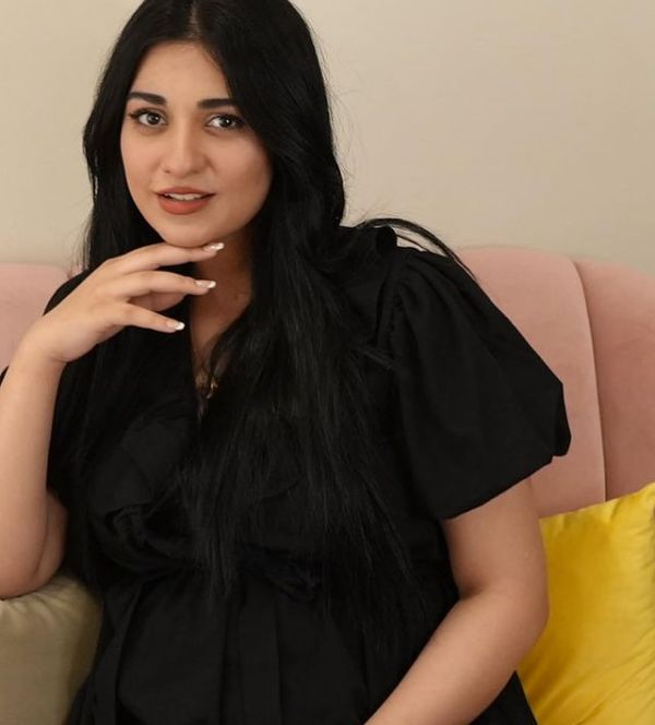 People Criticize Sarah Khan For Flaunting Her Baby Bump