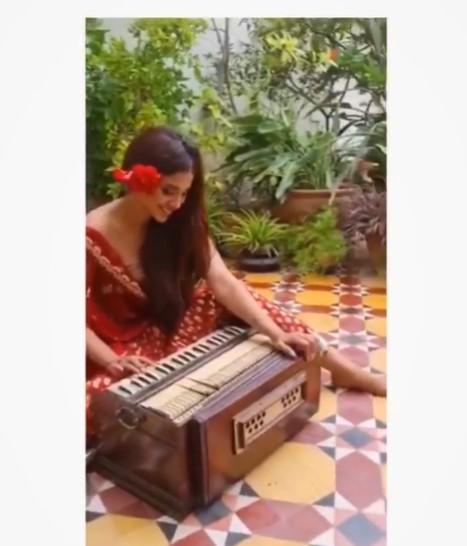 Sonya Hussyn Latest Video Playing Harmonium Sparks Criticism