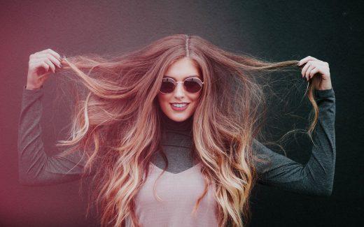 Chica con gafas de sol y gran melena
