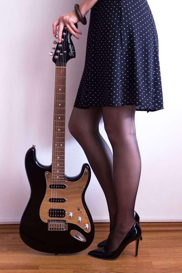 ce-senzație-minunată-ana-drobot-black-dots-dress-girl-with-a-guitar