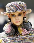 chanel-fall-2017-haute-couture-feather-collar