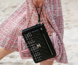 chanel-spring-2019-by-the-sea-clutch