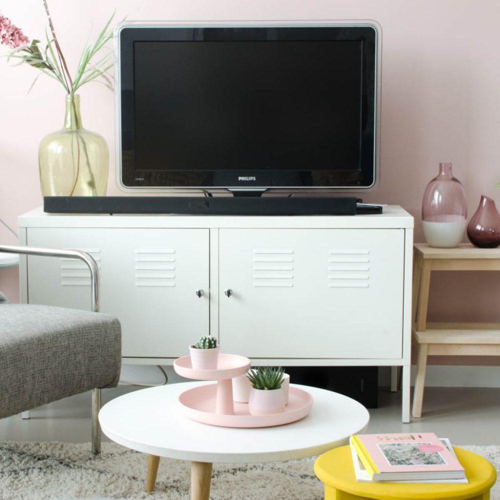 roze muur woonkamer