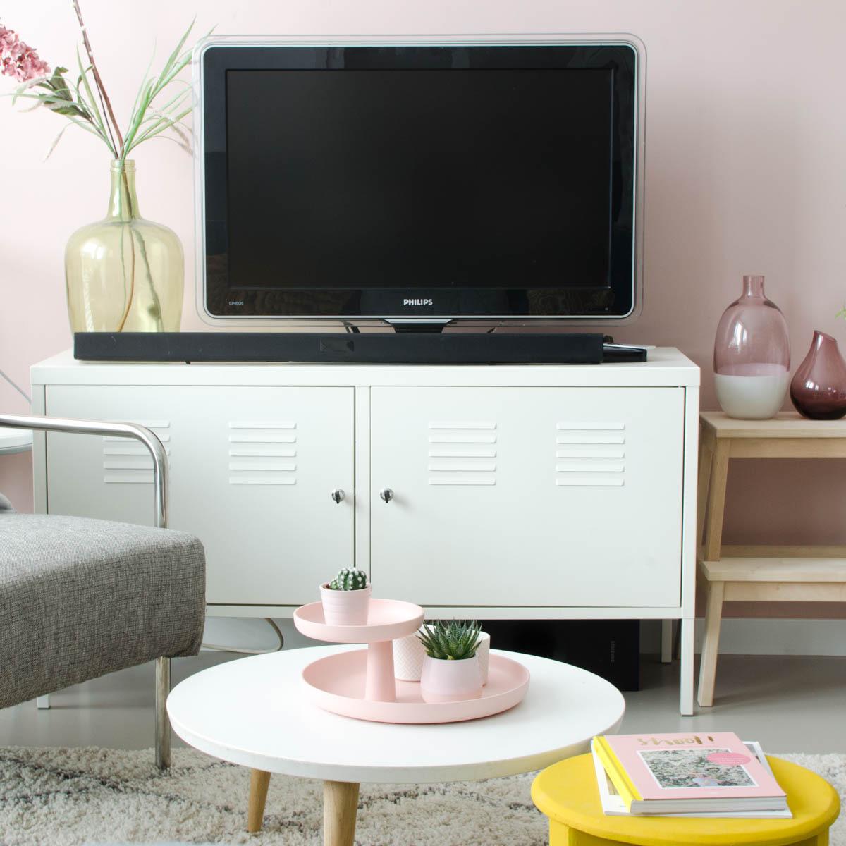 roze muur woonkamer | Styled by Sabine