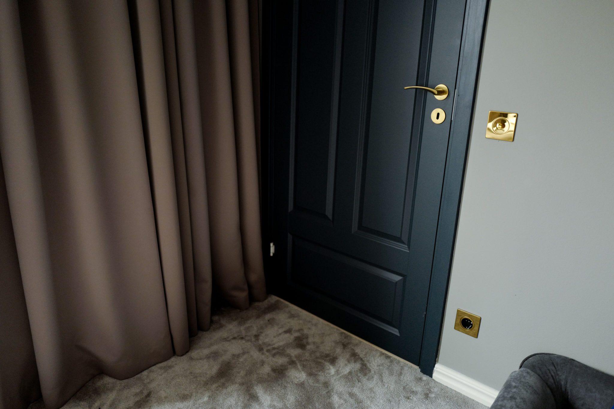 a547a86d9184 Vi valde beigea gardiner, en mörkläggning och en tunn. Ni kan läsa om  gardinerna HÄR (klick) samt nya strömbrytare/uttag från Switchbox  (klick-inlägget) ...