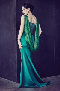 dita-von-teese-arbore-une-robe-vert-emeraude