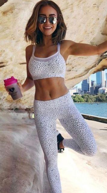 Beautiful yoga pants outfit ideas 33