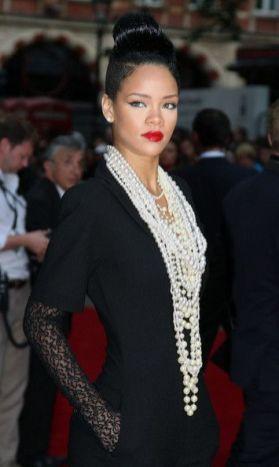 40 How to Wear a Pearl Necklace Ideas 16