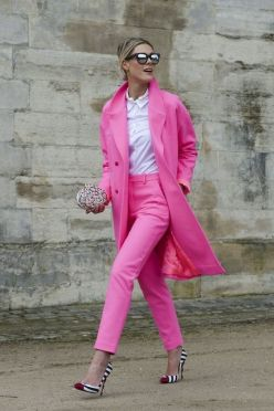 50 Möglichkeiten rosafarbene Outfits Ideen zu tragen 31