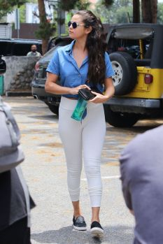 70 Ways Selena Gomes Styles with Sneakers Ideas 21